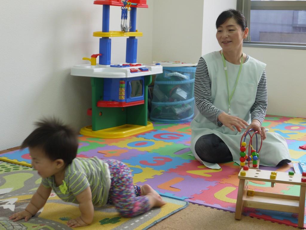 病児保育スタッフと子ども