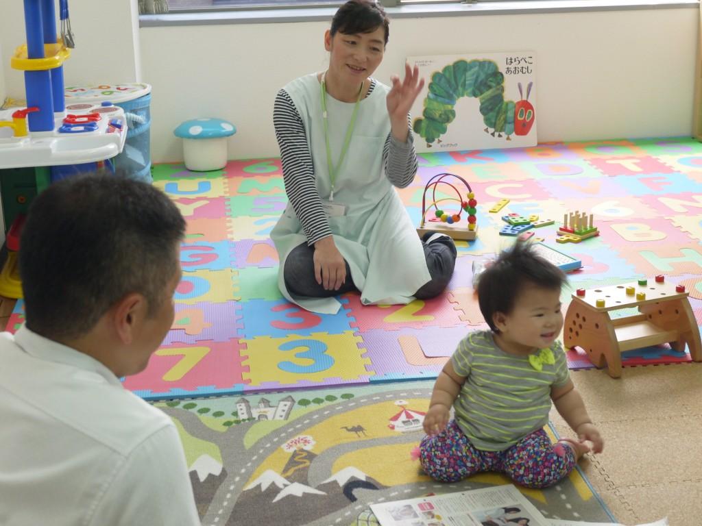 病児保育スタッフと親子