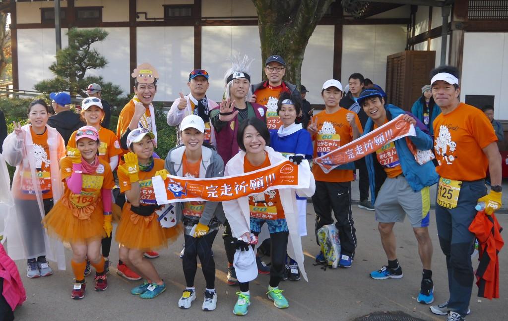 大阪マラソンチャリティランナーのスタートをノーベルスタッフが応援している画像
